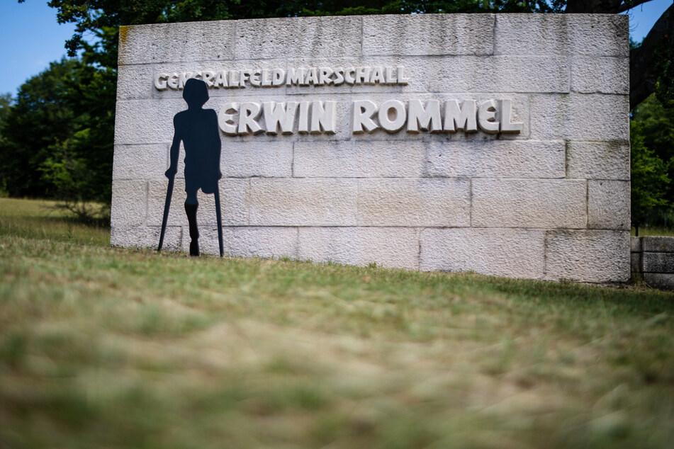 Die neue Skulptur eines Minen-Opfers auf Krücken steht am Erwin-Rommel-Denkmal in Heidenheim.