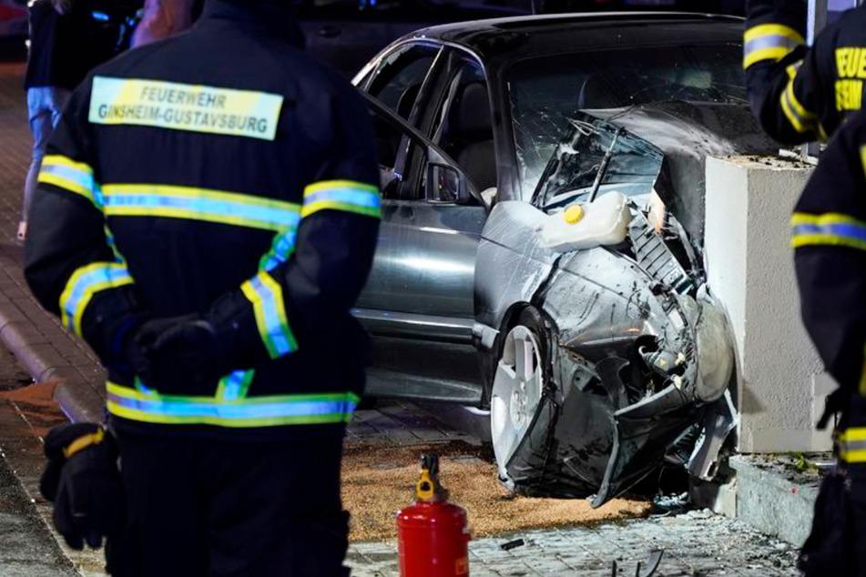 Der Opel krachte mit hoher Geschwindigkeit gegen eine Hauswand, der Fahrer starb noch an der Unfallstelle.
