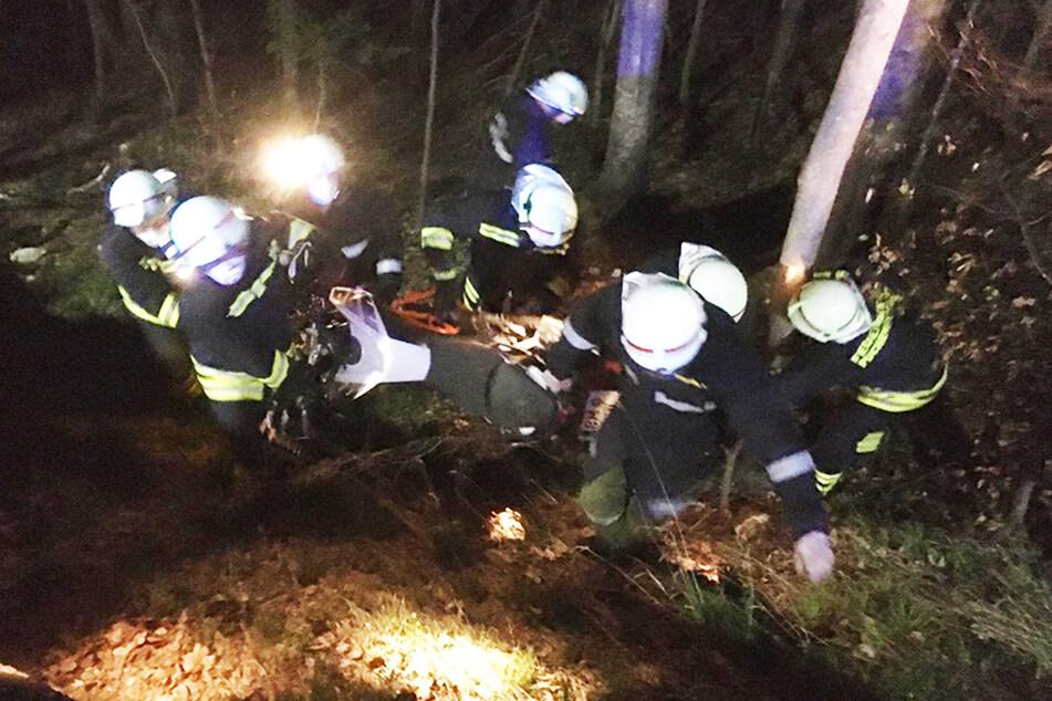 Das Motorrad nahm großen Schaden. Sechs Feuerwehrleute trugen es zur Bergung aus dem Graben.