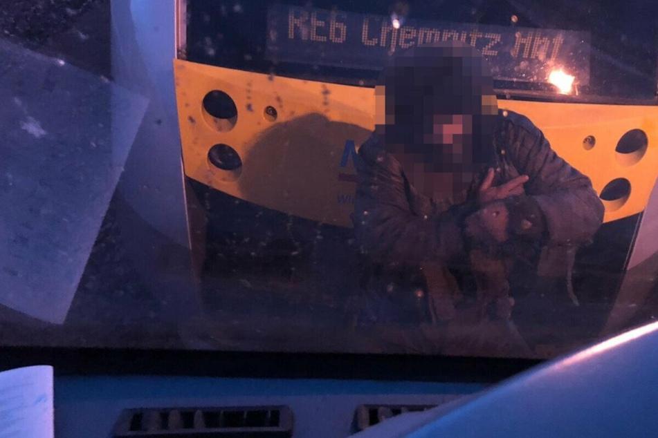 Der 39-Jährige während seiner gefährlichen Zugfahrt.