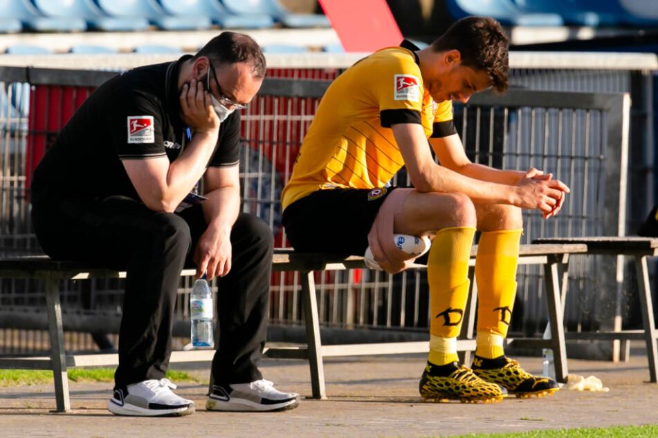 Dresdens Teammanager Martin Börner (l.) und Alexander Jeremejeff reagieren enttäuscht nach der 0:2-Niederlage in Kiel im Juni 2020.