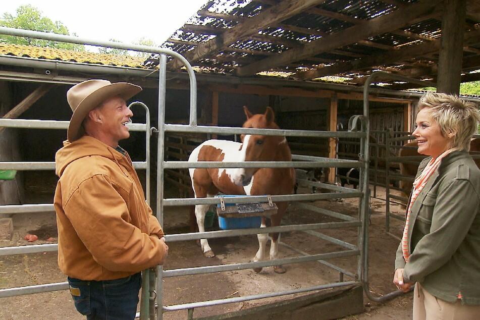 Uwe lebt auf einer Cowboy-Ranch, präsentiert diese Moderatorin Inka Bause.