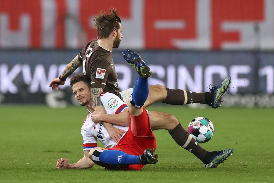Intensiv geführte Partie: HSV-Allrounder Moritz Heyer (l.) im Zweikampf mit FC St. Pauli-Goalgetter Guido Burgstaller.