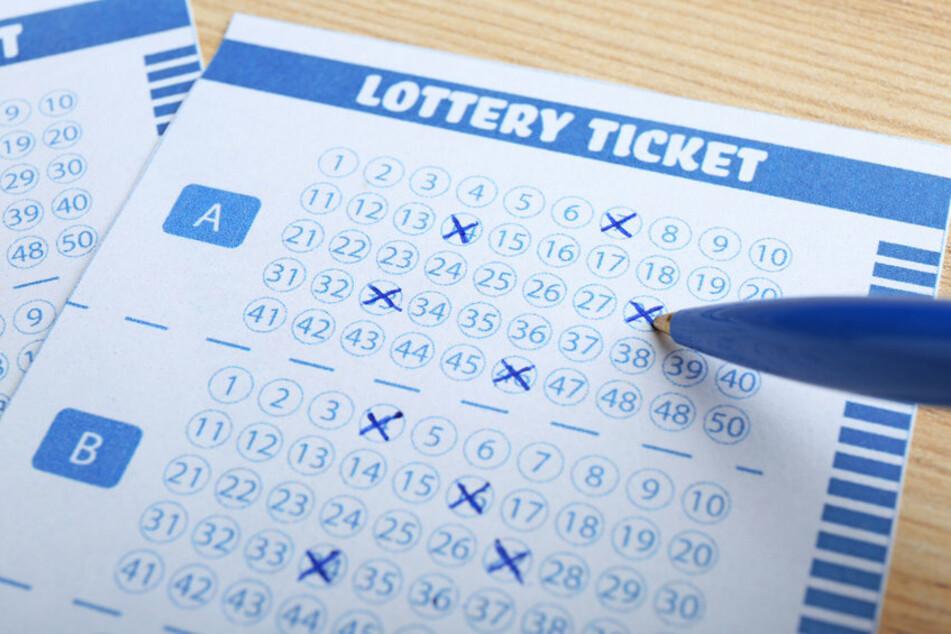 Erst nach zwei Wochen checkte die Frau ihre Lottozahlen und bemerkte den Millionengewinn. (Symbolbild)