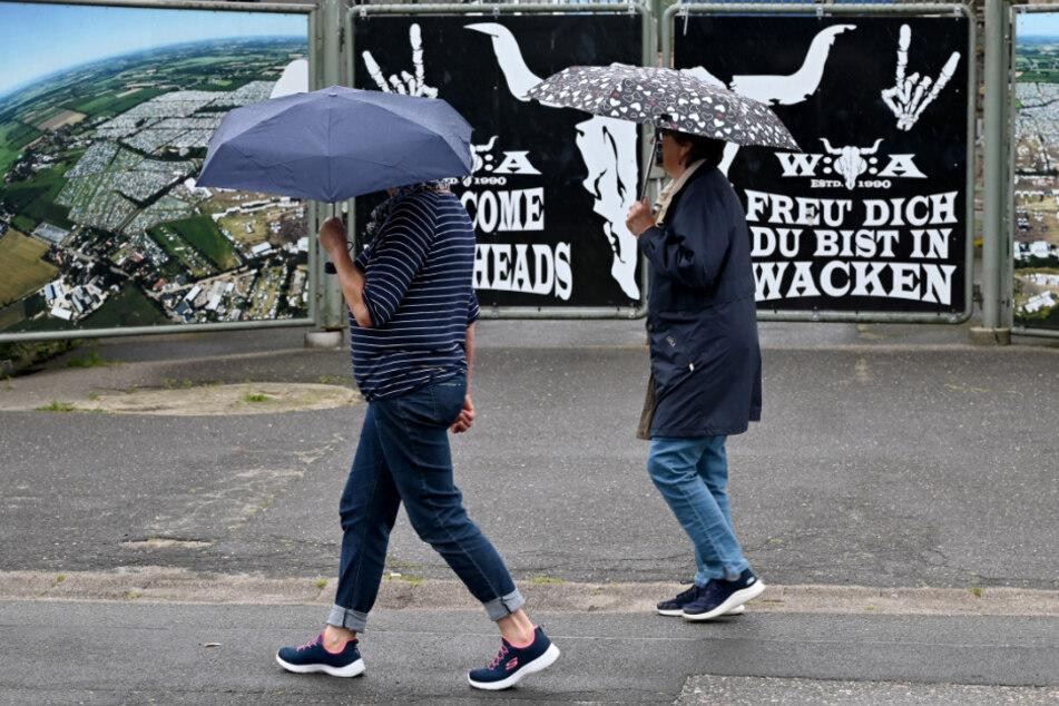 Es regnet in Wacken - eigentlich perfektes Wetter für die legendären Schlammschlachten auf dem Festivalgelände, wenn nur Corona nicht wäre.