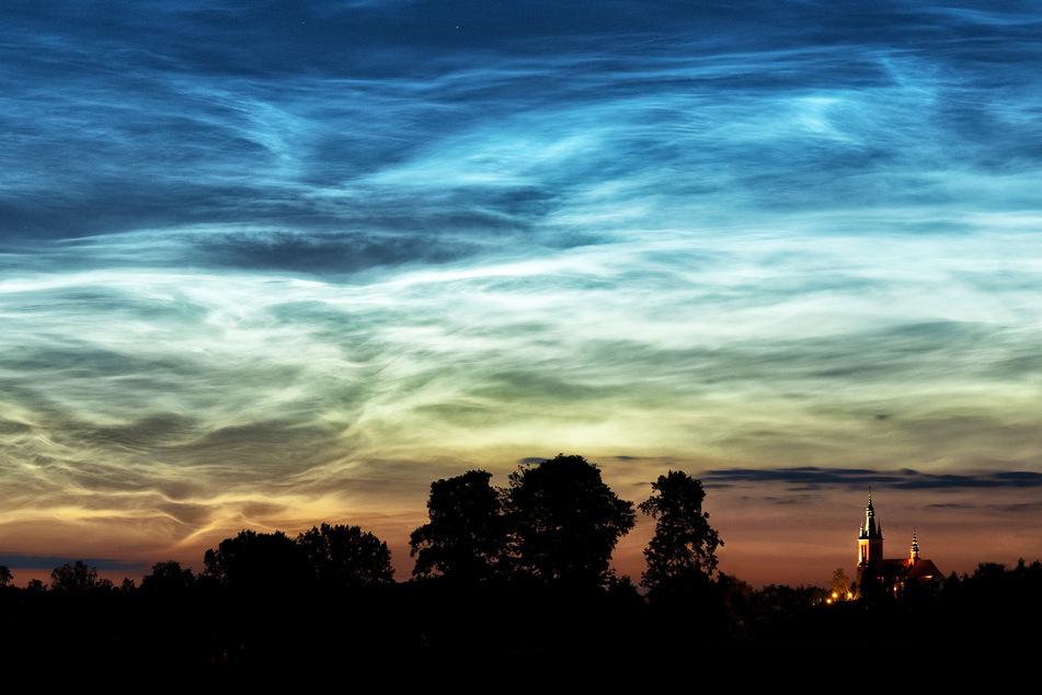 Für die Entstehung von leuchtenden Nachtwolken braucht es spezielle Bedingungen. Diese sind nur im Sommer gegeben.