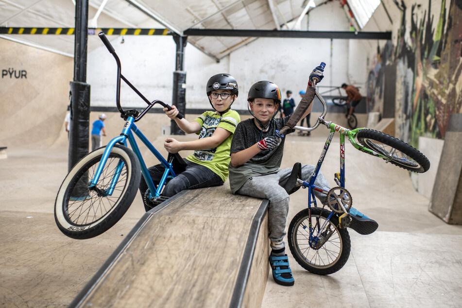 Max Börner (11, l.) und sein Kumpel Luca Ronge (11) wirbeln mit ihren BMX-Bikes fast täglich durch die Luft. Max will Profi werden.