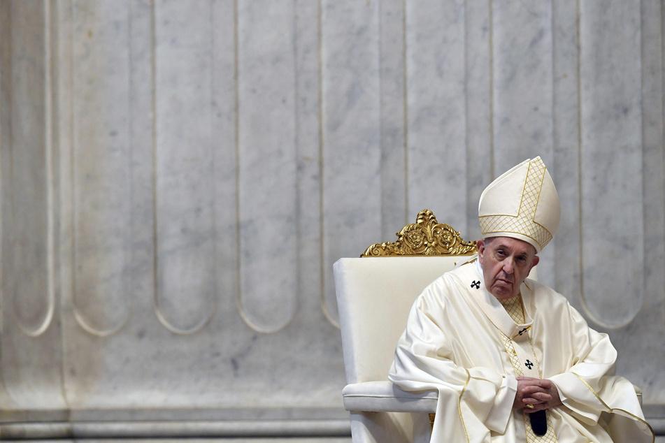Papst Franziskus (83) nimmt an der Gründonnerstagsmesse im fast menschenleeren Petersdom teil. (Archivbild)