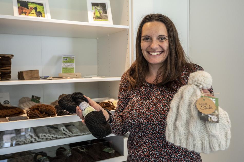 In ihrem Hofladen bietet Daniela Schönherr (35) die unterschiedlichsten Woll-Produkte an.