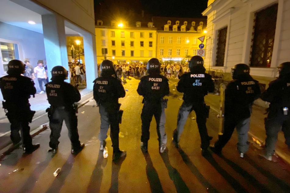 Polizeieinsatz in Augsburg: Hunderte junge Leute feierten in der Innenstadt. Bei dem Einsatz seien zahlreiche Beamte verletzt worden, sagte ein Polizeisprecher. Auch auf der Seite der Feiernden habe es Verletzte bei dem Einsatz gegeben.