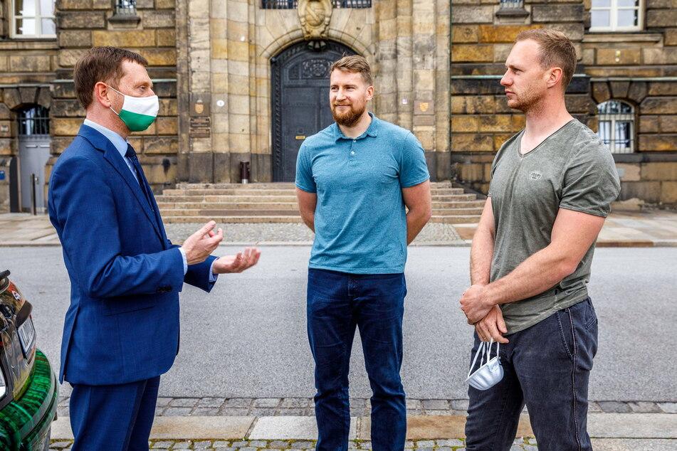 Gipfeltreffen vor der Staatskanzlei: MP Michael Kretschmer (46, CDU, v.l.) mit den Bob-Assen Martin Grothkopp (34) und Francesco Friedrich (31)