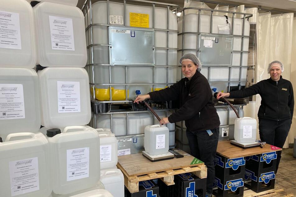 Betriebsleiter Mike Schneising (45) und seine Kollegen füllen bis zu 200 Kanister Desinfektionsmittel pro Stunde ab.
