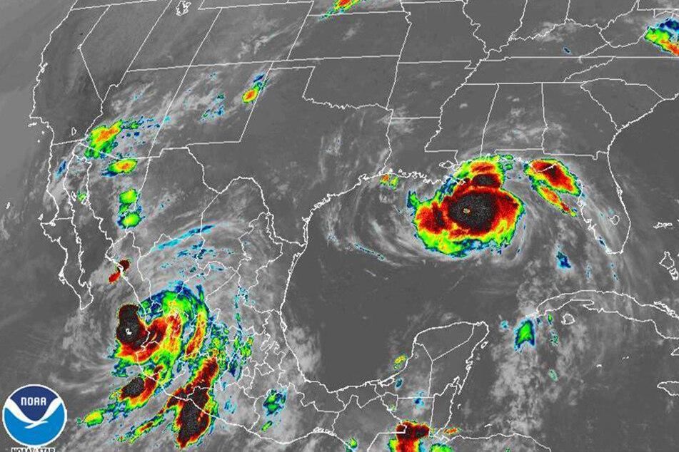 """Das Bild der National Oceanic and Atmospheric Administration (NOAA) zeigt die Hurrikans """"Nora"""" (unten links) und """"Ida"""" (rechts)."""