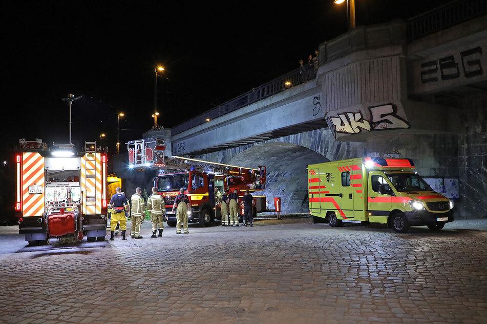 Die Einsatzkräfte an der Marienbrücke in Dresden.