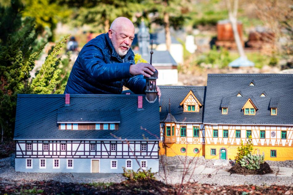 Horst Drichelt (70), Vereinsvorsitzender des Klein-Erzgebirge, arbeitet an einem neuen Areal im Park.