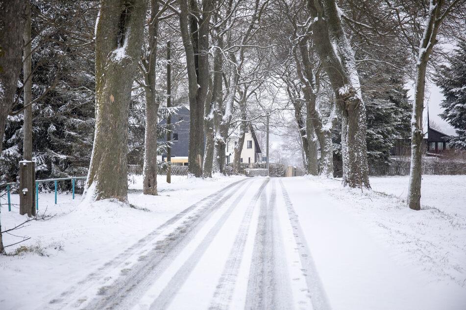 Schneeweiß waren die Straßen in Annaberg-Buchholz am Freitagmorgen. Der Winter ist zurück.