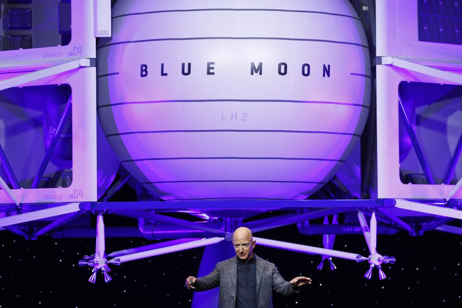 """Auch auf den Mond soll es gehen! Bereits 2019 stellte Bezos ein Modell der Mondlandefähre """"Blue Moon"""" vor."""