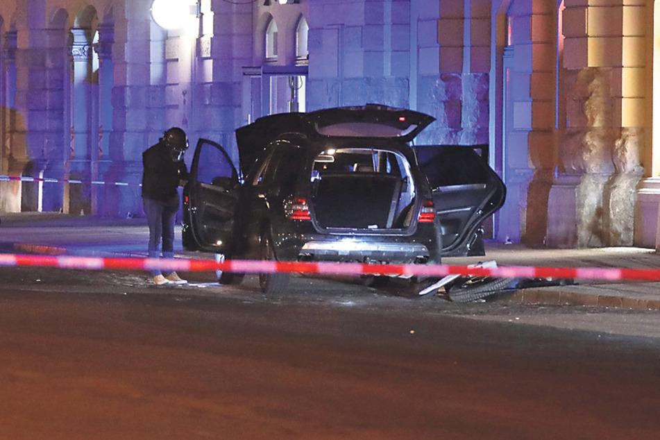 Ein riesiges Waffenlager fanden Bundespolizisten in dem falsch abgeparkten Mercedes.