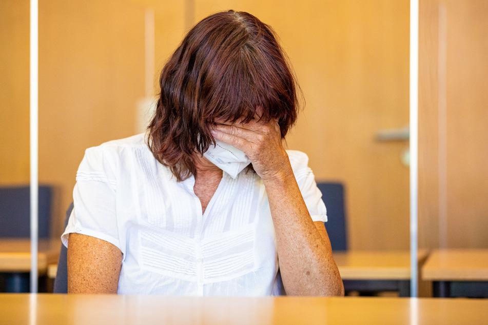 Die Angeklagte sitzt in einem Saal des Landgerichts Hildesheim. Sie wurde wegen schwerer Misshandlung ihrer Söhne zu mehreren Jahren Gefängnis verurteilt.