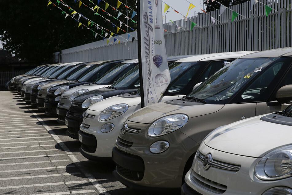 Autos stehen auf dem Parkplatz vor einem Fiat Chrysler Autohändler. (Symbolbild)