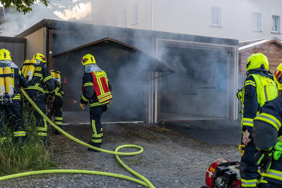 Am Montagabend brannte in Treuen eine Garage komplett aus. Es entstand ein Schaden von rund 15.000 Euro.