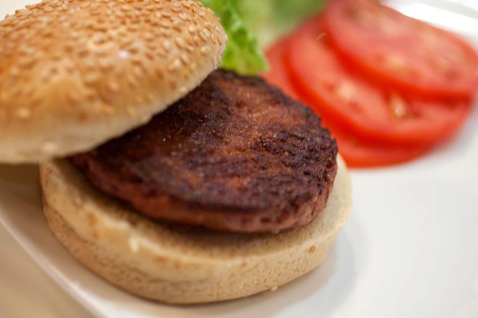 Schon vor einigen Jahren wurde ein Burger mit einem künstlich erzeugten Patty einer Restaurant-Kritikerin serviert.