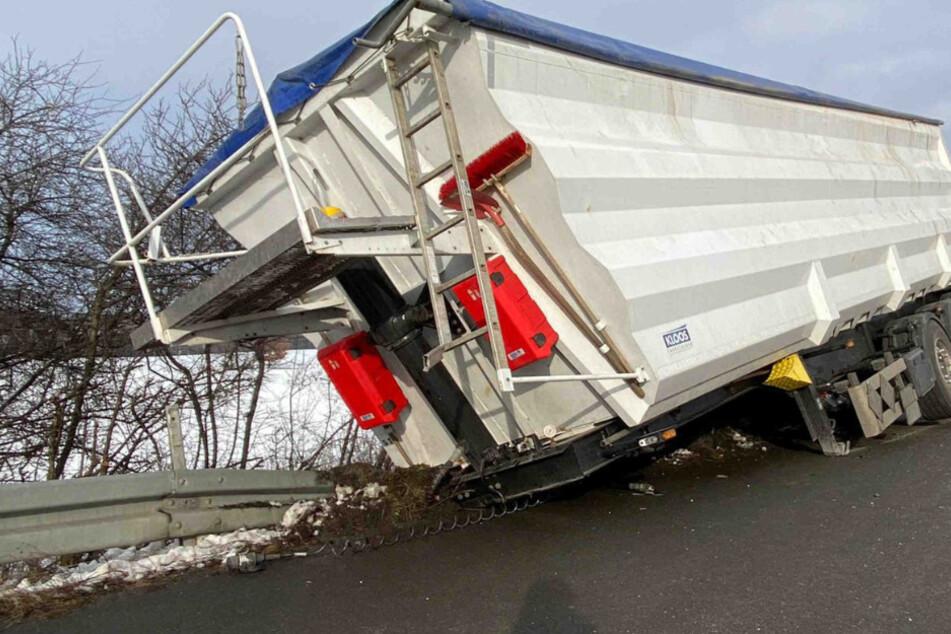 Unfall auf der A4: Lastwagen verliert seinen Hänger!