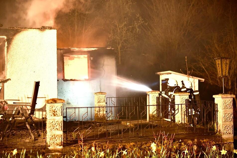 Als die Feuerwehr eintraf, stand der Bungalow bereits komplett in Flammen.