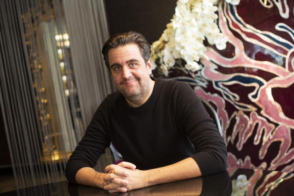 """Bastian Pastewka (49) machte schon vor 25 Jahren in der """"Wochenshow"""" Gags. Nun kämpft er wohl mit anderen Comedians um die """"LOL""""-Krone."""