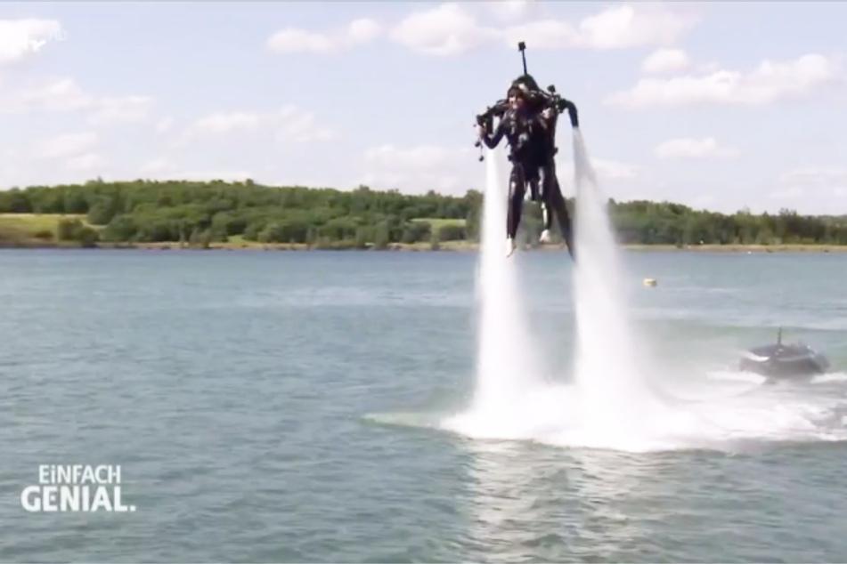 ... und schwebt sogar in einigen Metern Höhe über das Wasser.