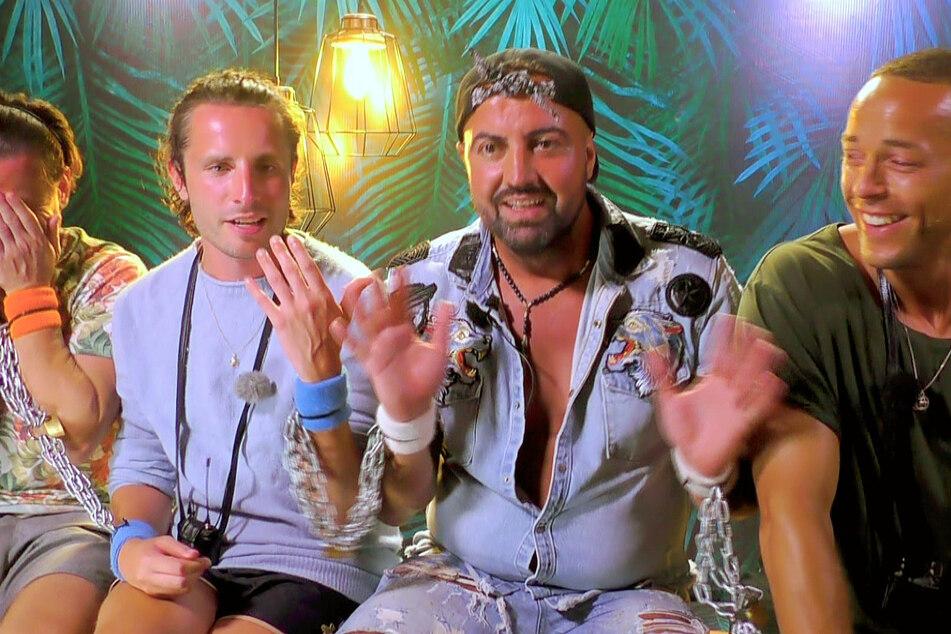 """Als """"Belohnung"""" für wenig richtige Antworten wurden Rocco, Gino, Cosimo und Andrej angekettet."""