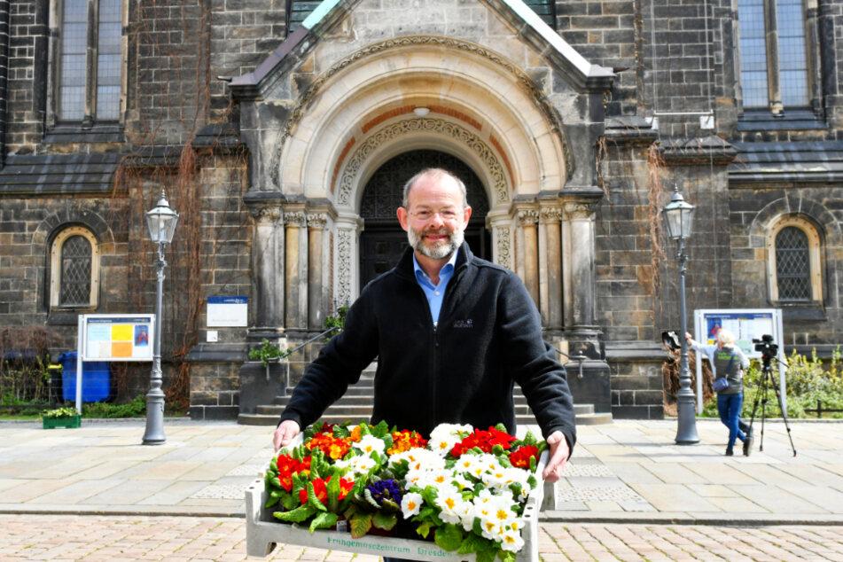 Superintendent Albrecht Nollau (57) wird Ostermontag das Eingangsportal der Lutherkirche mit Blumen schmücken.