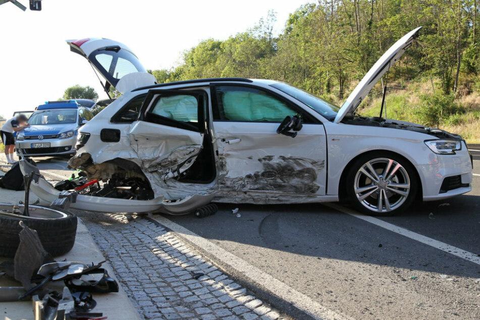 Strecke mehrere Stunden gesperrt: Übler Crash an Bahnübergang