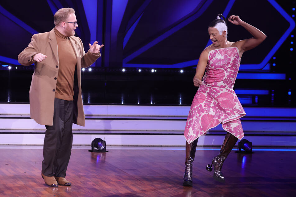 """DSDS-Gewinner Jan-Marten Block (l.) steht mit Juror Jorge Gonzalez bei """"Let's Dance"""" auf der Bühne."""