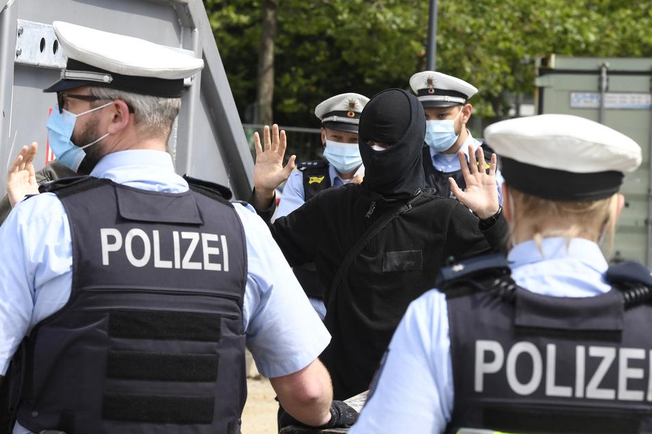 Bei der Demo gegen ein neues Versammlungsgesetz in NRW mit mehreren tausend Teilnehmern ist es zu Auseinandersetzungen zwischen Polizei und Demonstranten gekommen.