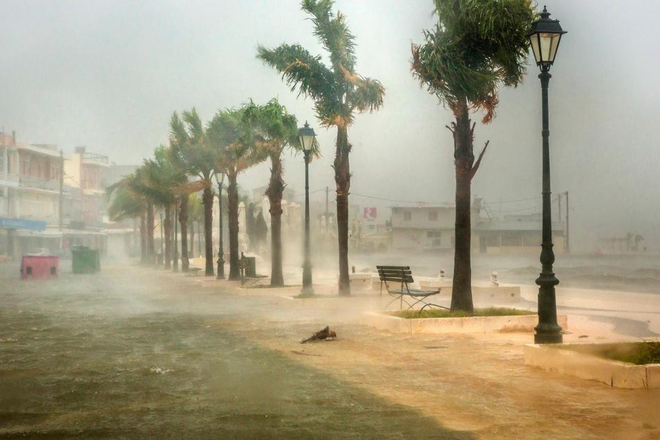 Meerwasser überflutet eine Straße im Hafen von Argostoli.