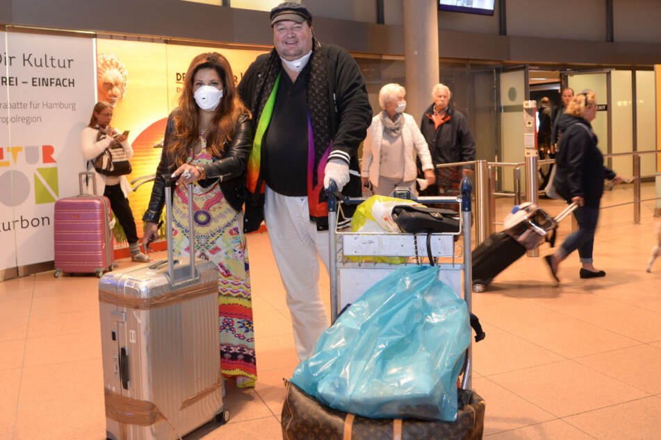 Patricia Blanco und Andreas Ellermann stehen am Hamburger Flughafen.