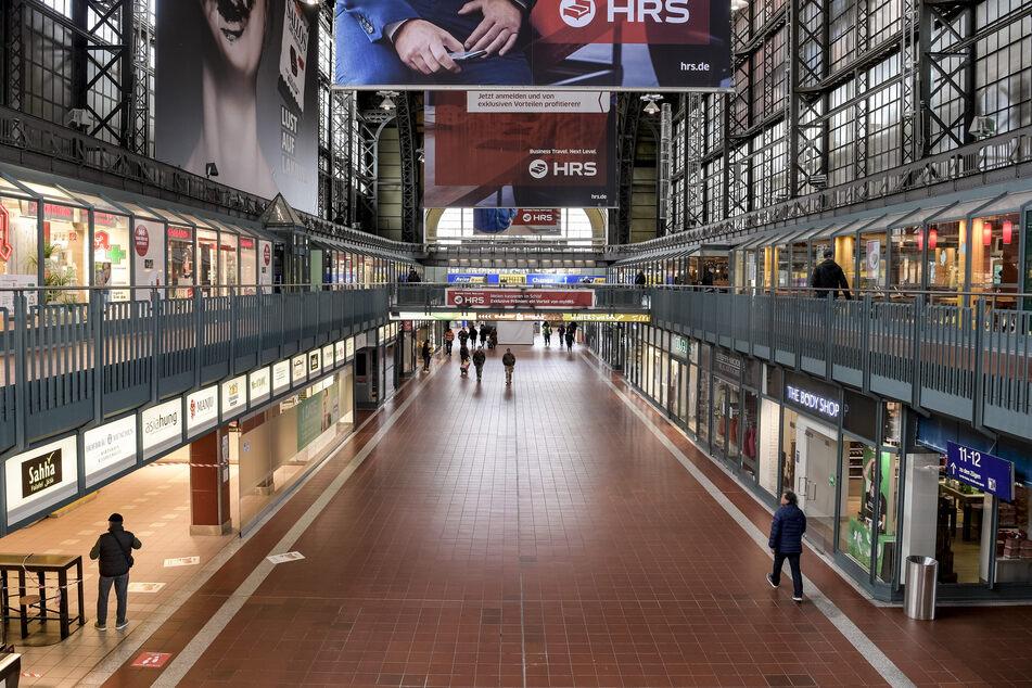 An Bahnhöfen wie hier im Hamburger Hauptbahnhof soll künftig strenger kontrolliert werden, ob auch alle die Maskenpflicht einhalten.