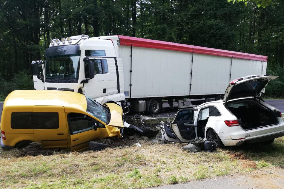 Der Fahrer des Audi (†21) war in den Gegenverkehr geraten und infolgedessen zuerst mit dem Sattelzug und dann mit dem VW Caddy kollidiert.