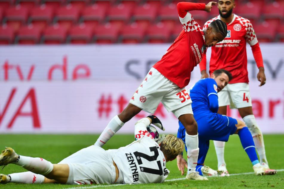 Mark Uth (2.v.r.) traf für Schalke 04 zum 1:1-Ausgleich.
