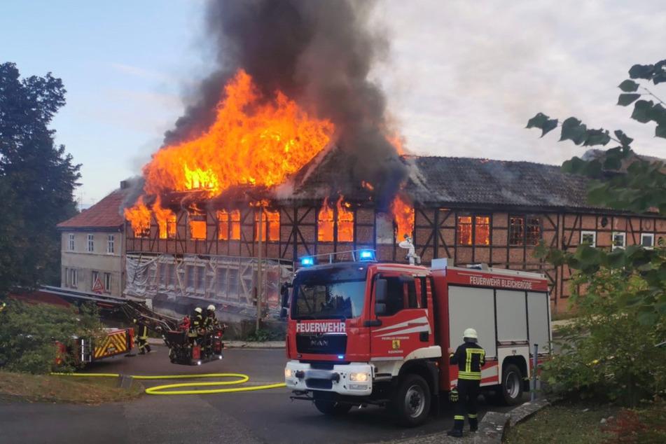 Eine alte Möbelfabrik in Bleicherode (Landkreis Nordhausen) brennt.