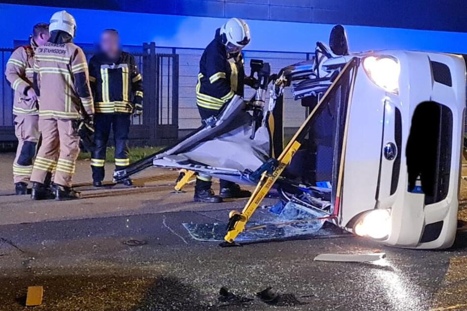 Motorradfahrer haut Auto um: Zwei Schwerverletzte nach heftigem Unfall