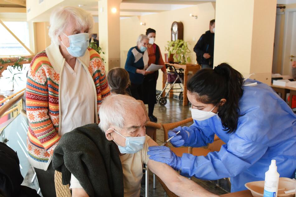 """In der """"Langen Lene"""" in Probstheida haben am Samstag rund 300 über 80-Jährige im Auftrag des DRK von Mitarbeitern der Johanniter-Unfall-Hilfe ihre Corona-Schutzimpfung erhalten."""