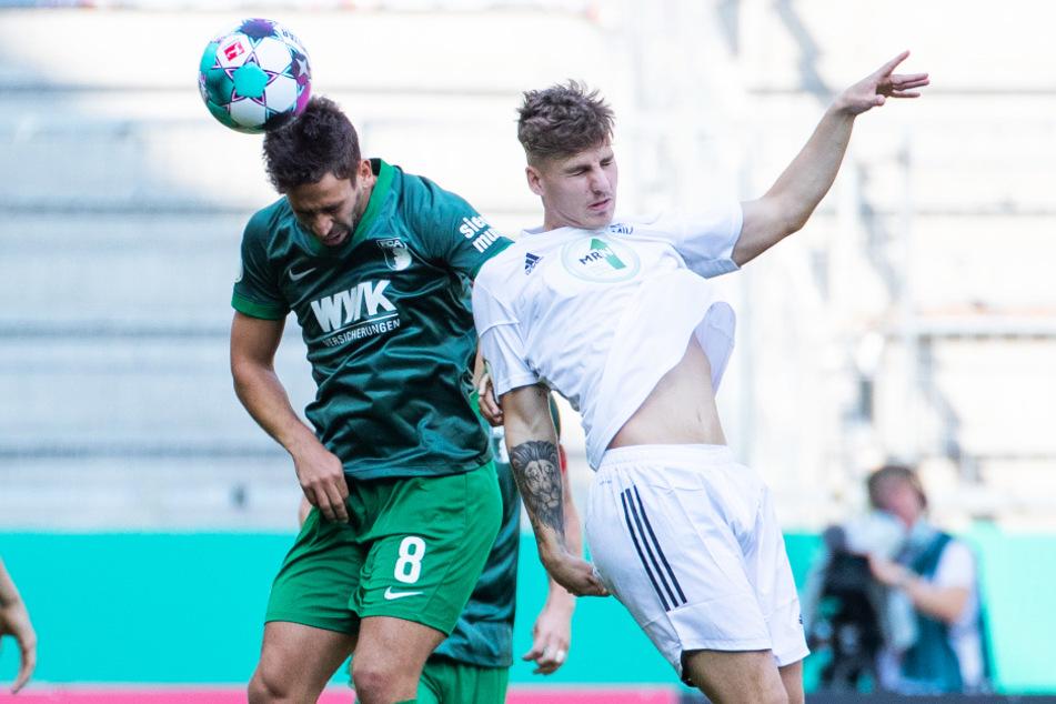 Kämpferisch: für den FC Augsburg um Rani Khedira (l.) geht es vornehmlich nur darum, die Klasse zu halten.