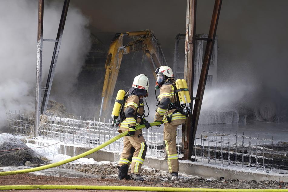 Bei dem Brand wurden auch mehrere landwirtschaftliche Maschinen beschädigt.