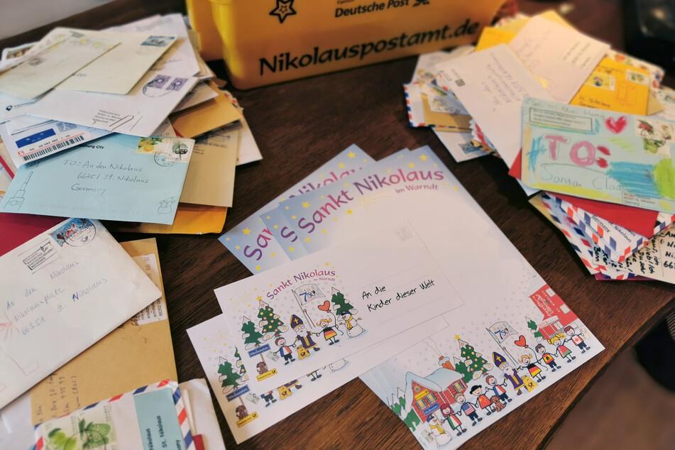 An den Nikolaus adressierte Briefe liegen im Nikolaus-Postamt.