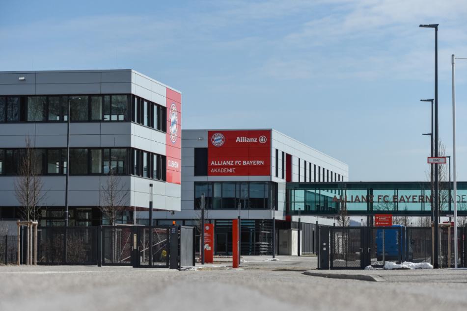 Blick durch das Eingangstor auf das Gelände des FC Bayern Campus. Das Nachwuchsleistungszentrum ist die sportliche Heimat der A- bis F-Junioren sowie der Frauenmannschaften des deutschen Rekordmeisters.