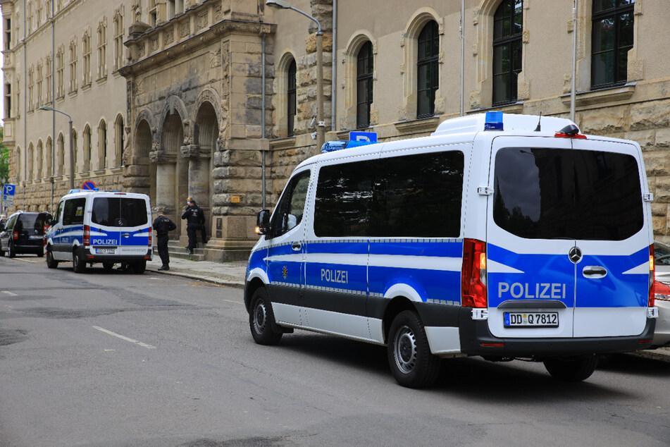 Linksextremistische Demonstranten bei Kundgebung vor Leipziger Amtsgericht
