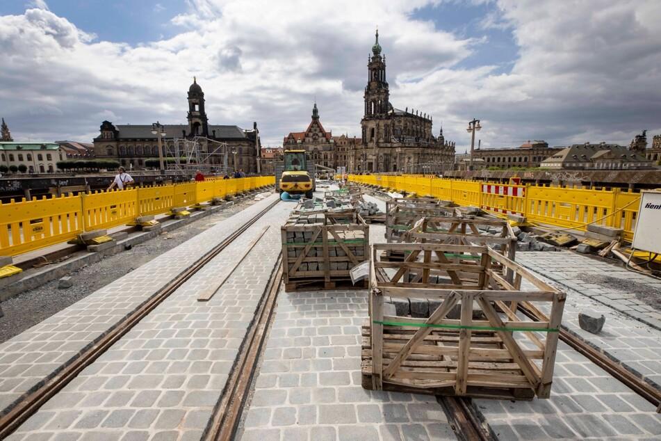 Noch laufen die Pflasterarbeiten, aber ab Dezember sollen wieder Straßenbahnen über die Augustusbrücke rollen.
