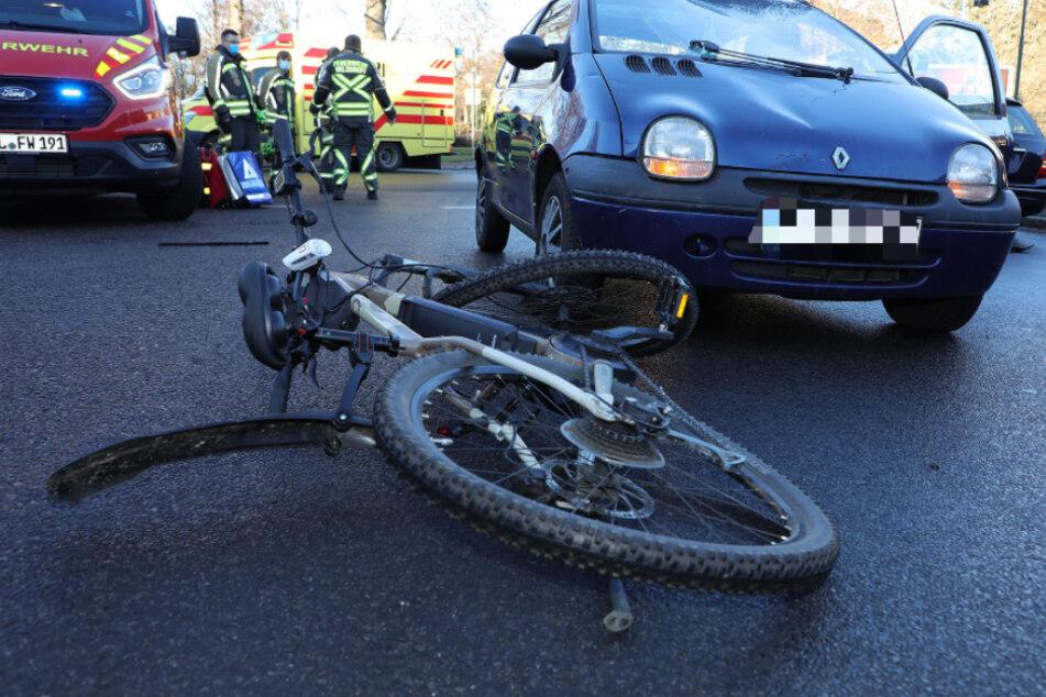 Radfahrer bei Crash über Auto geschleudert: Schwerverletzter mit Heli in Klinik geflogen!
